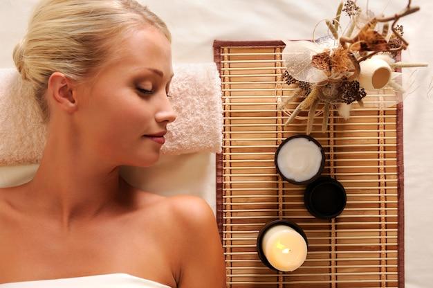 Recreação jovem linda mulher em salão de spa - vista de alto ângulo
