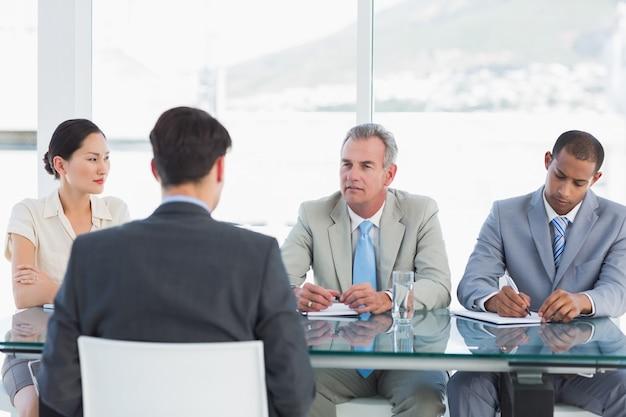 Recrutadores verificando o candidato durante a entrevista de emprego