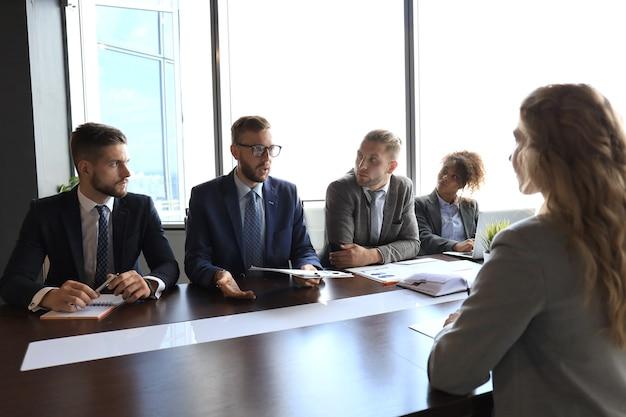 Recrutadores verificando o candidato durante a entrevista de emprego.
