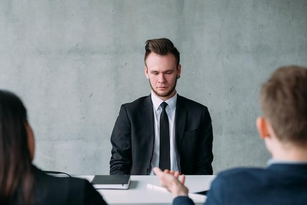 Recrutamento e emprego. jovem falhou na entrevista de emprego. expressão facial de vergonha. copie o espaço.