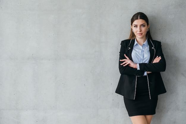 Recrutamento. estamos contratando. mulher de negócios, apontando para o sinal virtual.