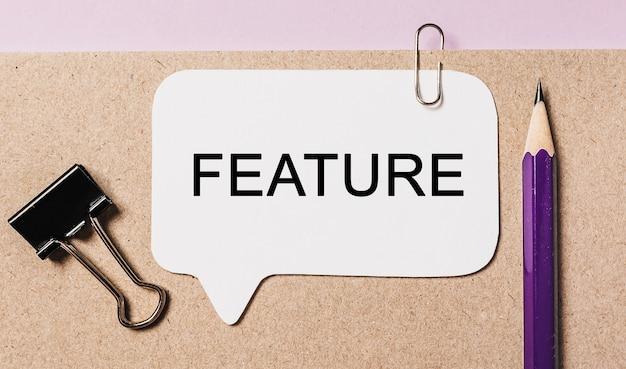 Recurso de texto em uma etiqueta branca com fundo de papelaria do escritório. plano horizontal no conceito de negócios, finanças e desenvolvimento