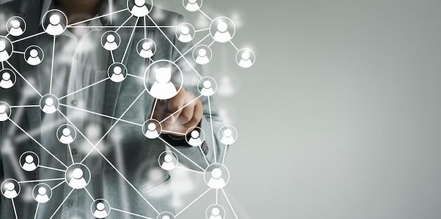 Recursos humanos e empresas de recrutamento empresário de mãos tocando na comunidade de ícones de pessoas
