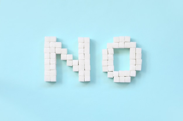 Recusando o sinal de açúcar com grandes letras sobre fundo azul