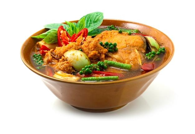 Red curry pangasius fish sopa picante bagre listrado com ervas comida tailandesa