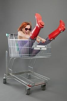 Red girl andando em um carrinho de compras
