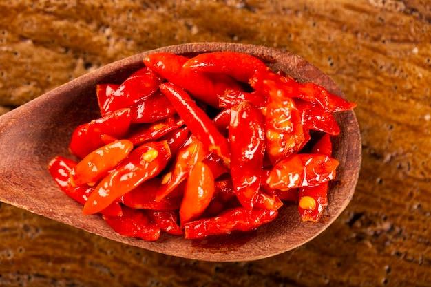 Red hot chili peppers em fundo de madeira, termo latino capsicum frutescens, malagueta.