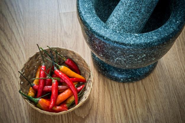 Red hot chili peppers em tigela de madeira e argamassa