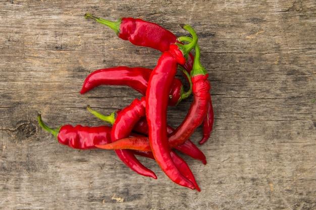 Red hot chili peppers na mesa de madeira rústica. vista do topo