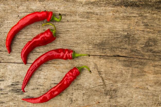 Red hot chili peppers na mesa de madeira rústica. vista superior com espaço de cópia