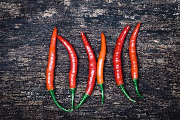 Red hot chili peppers na vista superior de madeira rústica