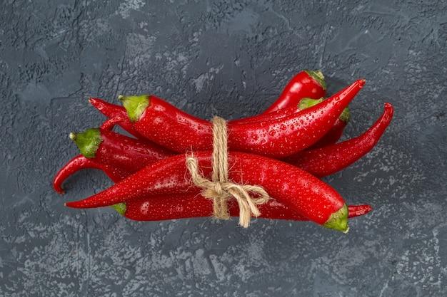 Red hot chilli peppers sobre pedra cinza