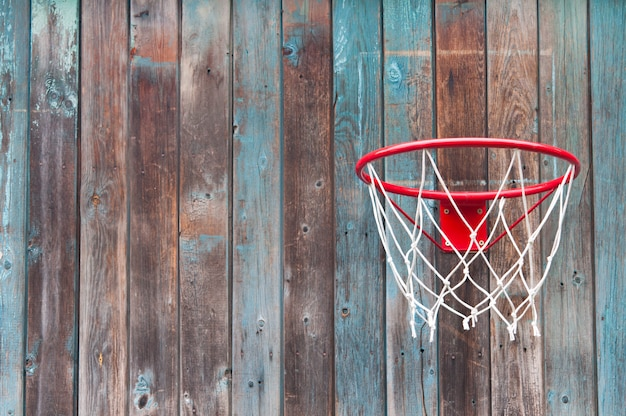 Rede de basquete em uma parede de madeira velha.