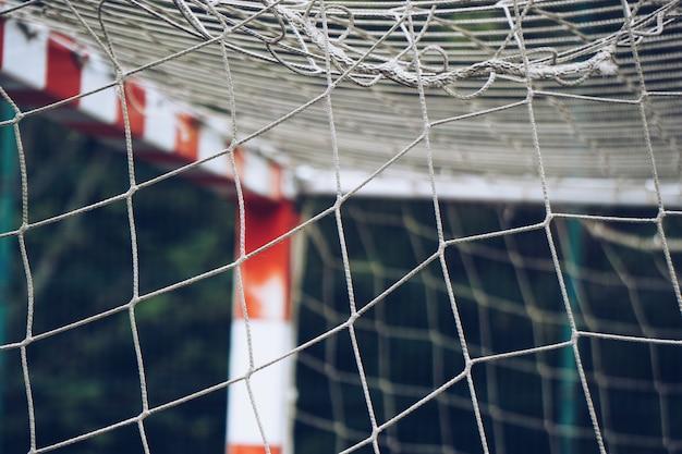 Rede de corda no gol de futebol, velha teia de corda quebrada