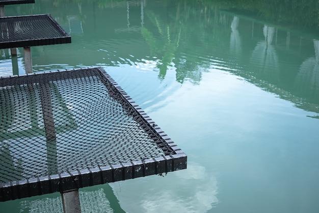 Rede de férias para assento sobre o rio.