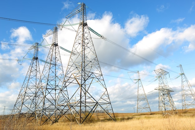 Rede de linha de alta tensão elétrica no céu