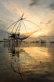 Rede de mergulho grande, ambiente de pesca bambu e rede de pescador de manhã no sul da tailândia