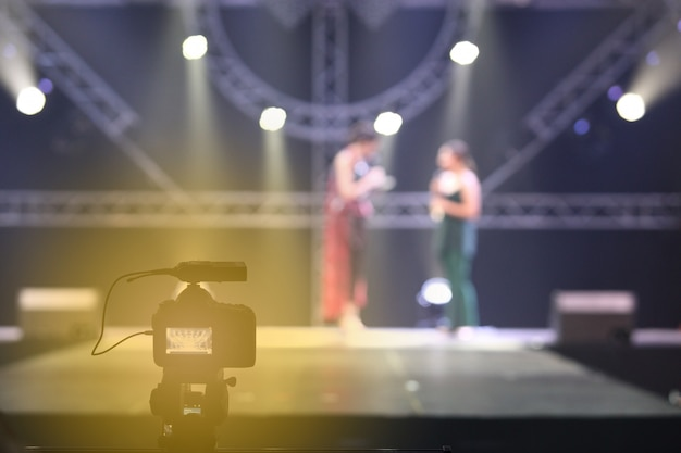 Rede de mídia social de câmera de vídeo dslr gravação ao vivo na sessão de entrevista