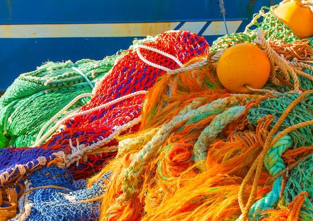 Rede de pesca colorida com flutuadores,