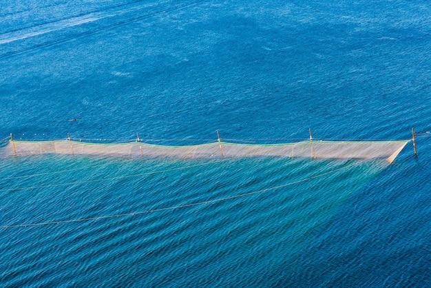 Rede de pesca, mar, rochas. rússia, república da crimeia, cabo big atlesh.