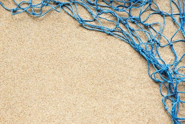 Rede de pesca na praia de areia