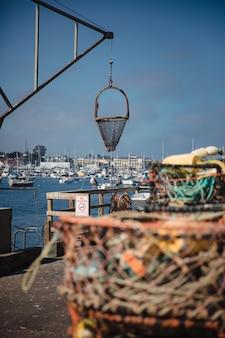 Rede de pesca pendurada na plataforma de um navio