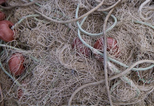 Rede de pescador com peixe emaranhado