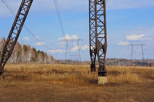 Rede elétrica perto do campo