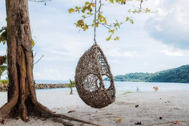 Rede na árvore no mar.