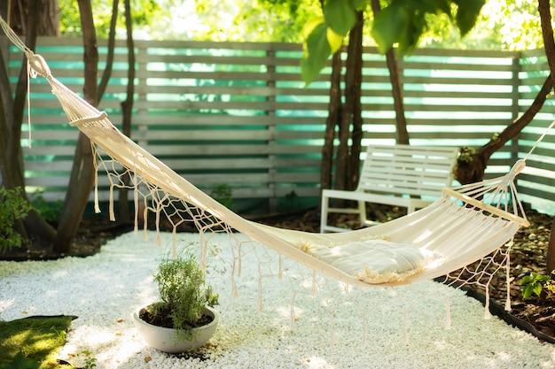 Rede pendurada no jardim aconchegante jardim externo nos fundos rede no estilo boho pendurada na árvore