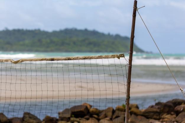 Rede velha na praia.