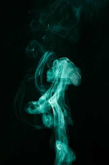 Redemoinho de fumaça verde se move em fundo preto