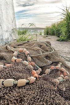 Redes de pesca recolhidas no solo do porto de pesca