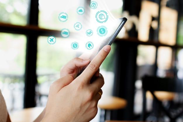 Redes sociais com o smartphone. conceito de tecnologia para internet das coisas.