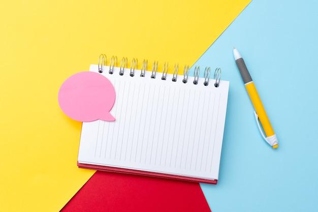 Redigindo uma nova mensagem de e-mail pesquisando informações da internet digitando novas idéias e pesquisando trabalhos de casa