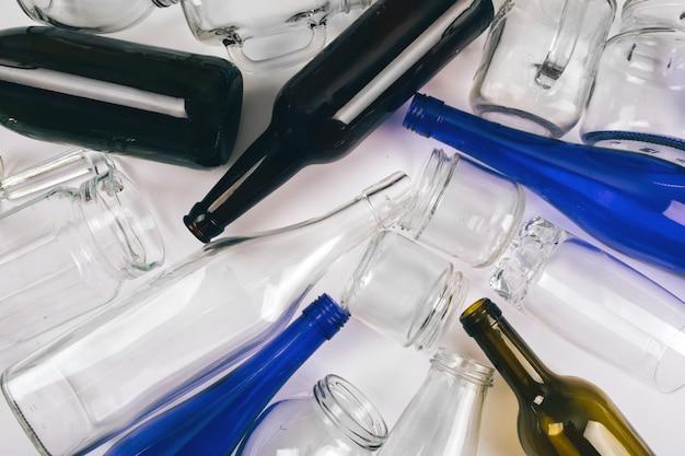Reduzir, reutilizar, reciclar. classificação de resíduos. garrafas de vidro coloridas vazias são preparadas para reciclagem. proteja o meio ambiente. vista do topo