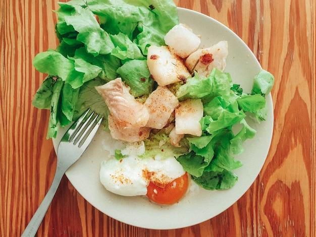 Refeição caseira de bife pangasius em conceito de comida dietética fácil e limpa