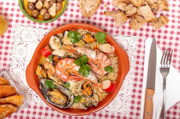 Refeição caseira tradicional de arroz e frutos do mar.