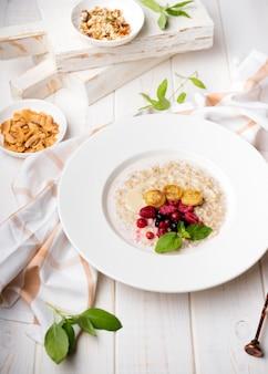 Refeição da manhã com cereais e frutas triturados