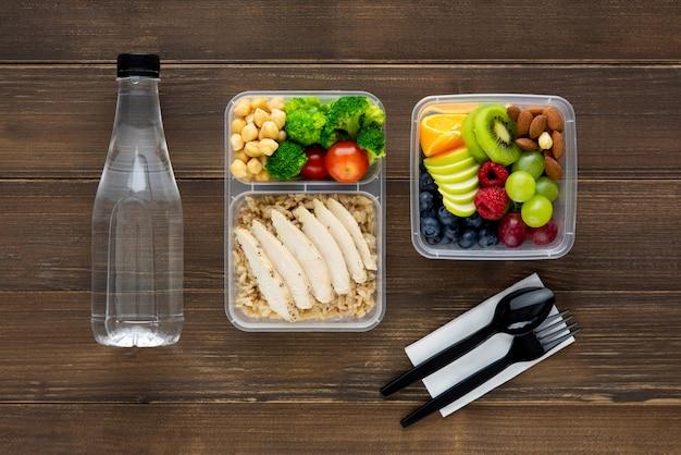 Refeição de almoço embalado saudável e nutritiva em uma mesa de madeira