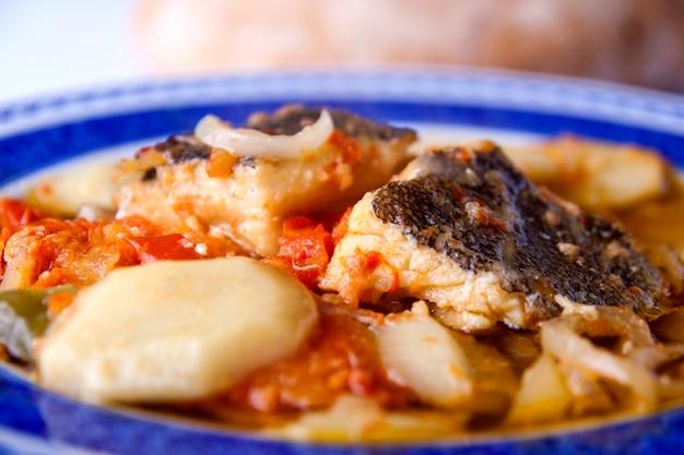 Refeição de bacalhau e batatas