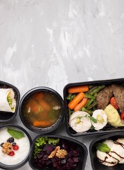 Refeição de caldo e prato principal