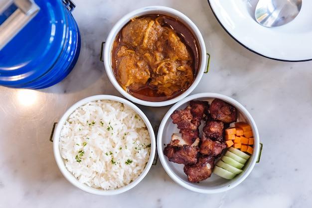 Refeição de comida tailandesa: fluxo de arroz com salsa