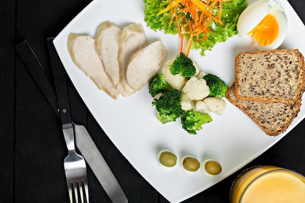 Refeição de dieta saudável com frango cozido, brócolis e salada de legumes