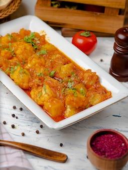 Refeição de ensopado de frango em molho de tomate e cebola