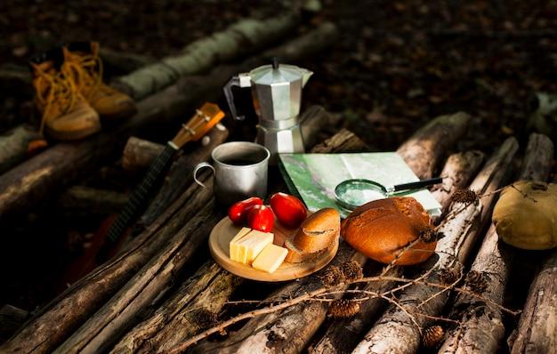 Refeição deliciosa ao ar livre e xícara de café
