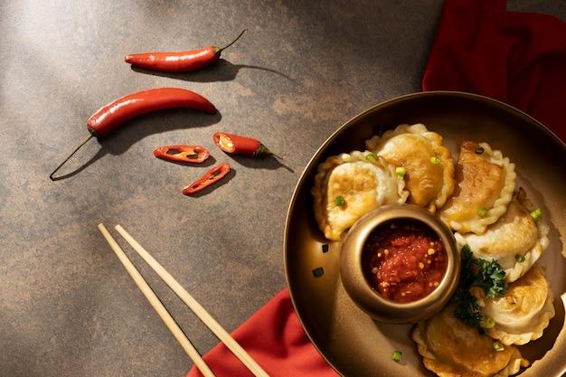 Refeição deliciosa com arranjo de sambal