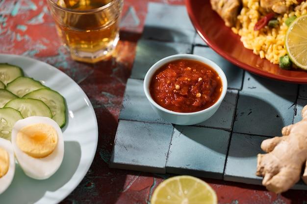Refeição deliciosa com sortido de sambal