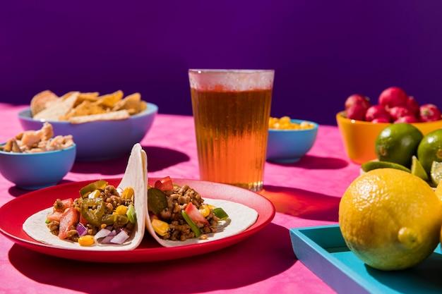 Refeição deliciosa com tacos e cerveja