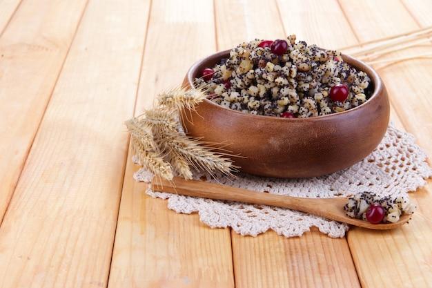 Refeição doce tradicional de natal na ucrânia, bielo-rússia e polônia, em madeira